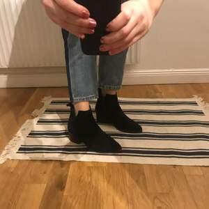Stilrena mocka boots, använda ca 5 ggr pga för små för mig. Alltså i mycket god kvalité. Nypris 999kr.
