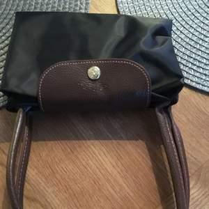 Longchamp väska svart i storlek Medium Var en gåva