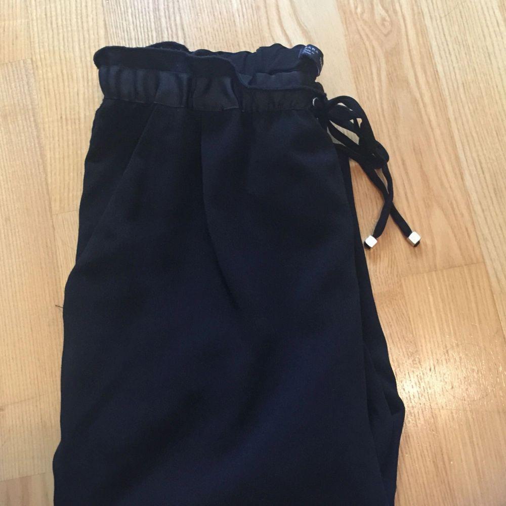 Fina byxor i skönt material och fin midja. Jeans & Byxor.