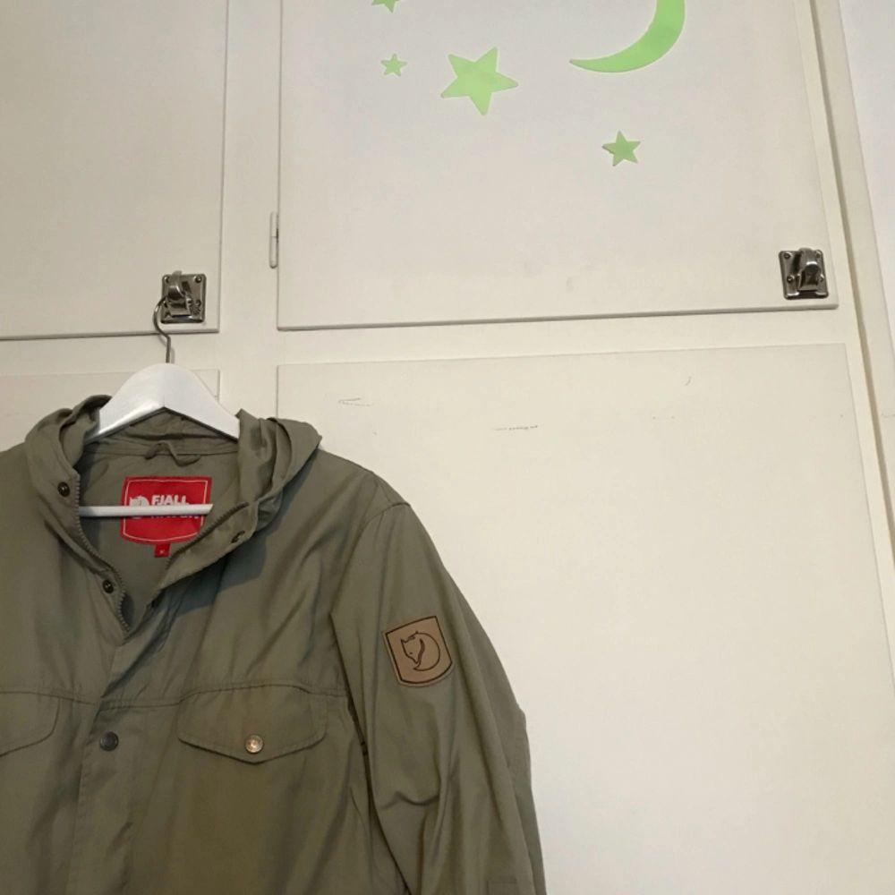 Säljer en fjällräven Greenland Womens jacket, då den inte kommer till användning helt enkelt! 10/10 skickmässigt, ser helt oanvänd ut. Storlek M men passar mig som är en S, beroende på hur man vill att den ska sitta. . Jackor.