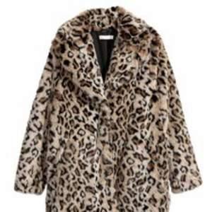 Säljer min snygga slutsålda populära leopard jacka ifrån HM. Stl 36.