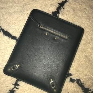 iPad fodral från Balenciaga. Nästintill oanvänt.  Passar till diverse modeller. Även snygg som clutch.