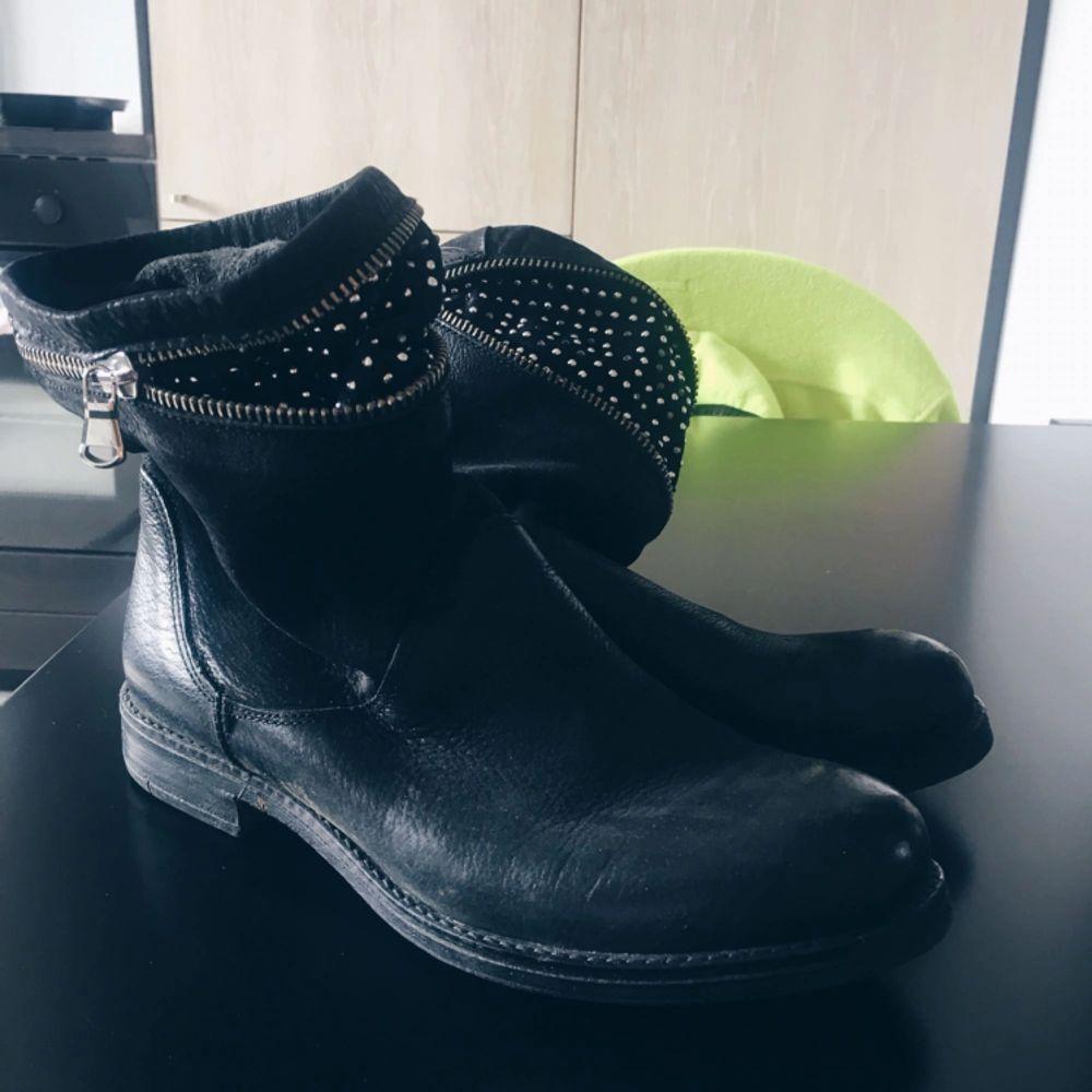 Nästan helt oanvända boots med dragkedja. Säljer pga använder inte dessa! Köpare står för frakt 🌸. Skor.