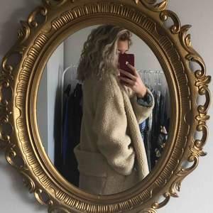 Passar även S/M. Stor fluffig beige Teddy jacka, köpt på Rebecka Fredrikssons bloppis. Används tyvärr inte. Möts upp i Stockholm annars står köparen för frakten