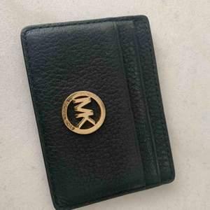 Korthållare i svart präglat skinn från Michael Kors med guldmärke - mycket gott skick!