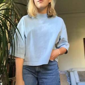 Jättefin babyblå tröja köpt på beyond retro :) perfekt skick 💙 skriv om du har några frågor & glöm inte kolla in mina andra annonser 🦋✨