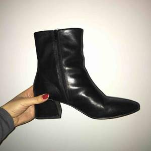Skor från Vagabond! Använda sparsamt och så gott som nya. Tagit hand om lädret regelbundet. Köpte i våras! :) gör vi snabb affär är dom dina för 500 inkl frakt!  Xoxo ⭐️