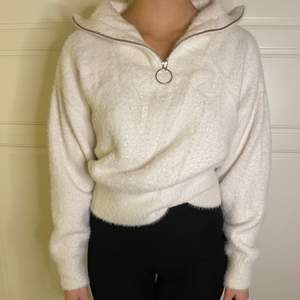 En jättefin och skön vit tjocktröja i storlek XS ifrån H&M, passar folk med S och M! 130kr+frakt!