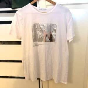 Skitsnygg T-shirt från zara med metalliskt tryck, använd en gång så är så gott som ny. Ganska liten i strl så skulle säga att det snarare är en M.