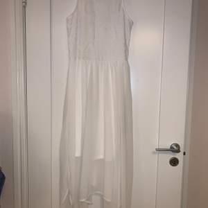 Väldigt somrig och härlig klänning. Är storlek 40 men känns mer som 38🤍 Anväbd en gång, näst intill nyskick💓 Köparen står för frakten. Betalning sker via swish😊