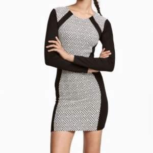 Svartvit figurnära tight klänning från H&Ms märke Divided i jersey tyg. Svart på sidorna för att forma siluett till ett timglas. Använd 1 gång. *OBS! Första bilden är lånad från H&M*
