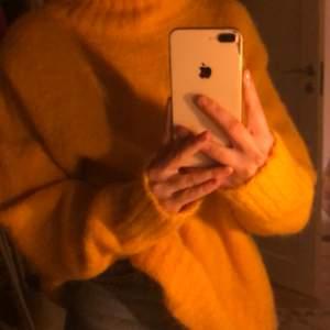 Hej! Säljer en härligt gul stickadtröja från weekday, strl M (oversize) fint skick knappt använd. Material: 52% Alpacka, 30% akryl, 16% polyamid och 2% elastan. Om ni har någon fråga är det bara att skriva!✨🤍