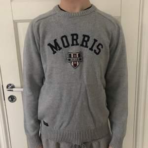 Stickad Morris tröja i fint skick då den knappt är använd! Storlek M i herr men passar även om man vill ha den oversized!🤍 Frakt på 63 kr står köpare för!