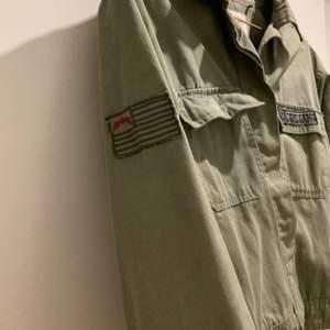 Supercool militärgrön skjortjacka med militärliknande detaljer. 🌟 Köpt på Pull & Bear för ett par år sedan. Gillar den verkligen men använder den inte längre tyvärr 💕 Gratis frakt!! ✨