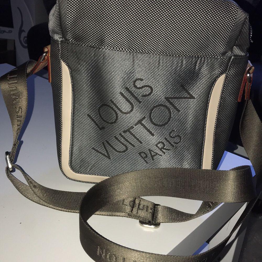 LV axelremsväska som är i bra skick! Pm för mer info och pris kan diskuteras vid snabbt köp! . Väskor.