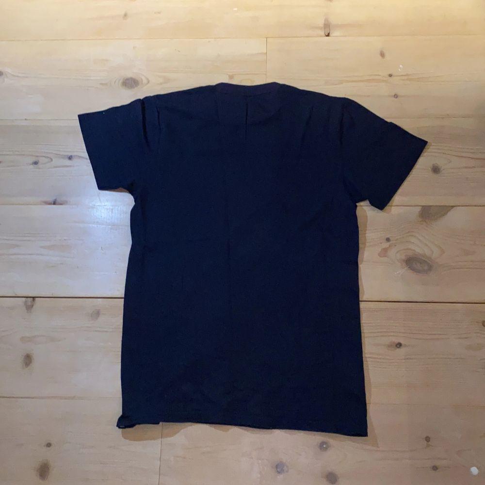 """Stilren snygg qucksilver t-shirt. 💙🤍 Jättebekväm, stilren och cool. Bra skick, dock har trycket spruckit lite. 100% cotton/bomull. DM vid intresse/frågor/fler bilder.❣️(Det kan du göra här under där det står """"kontakta""""). Avhämtning på Södermalm eller frakt till självkostnadspris.:). T-shirts."""