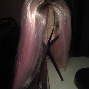 Säljer mitt engång använda peruk, provade den på en gång, klippt i lacet. Väldigt fin kvalite, slutsålda snabbt, nypris 1500kr + frakt. Den kommer i sin låda med alla tillbehör; borste, wigcap, mattifyig powder och wig stand. LIGGER UPPE PÅ ANDRA SIDOR