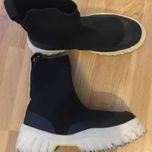 Flatform boots från zara med ljusgul sula i storlek 37! Svincoola på till jeans , kjol, klänning🔥  säljer pga har flera andra boots! Jättebra skick.
