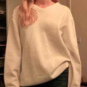 Vit långärmad tröja köpt secondhand😊 köparen står för frakt!