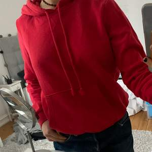 En röd hoodie i storlek S. Jag har en likadan till så säljer därför denna. Kontakta mig med ett bud!👍🏻