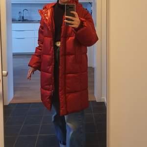 Jättefin lång, röd jacka, oanvänd!