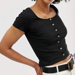 Säljer den här svarta tröjan med knappar för 50kr+frakt, aldrig använd och storlek XS🖤