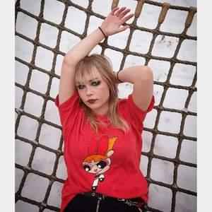 Handmålad Blossom powerpuff t-shirt! Jag gör fler handmålade T-shirtar så checka gärna in min instagram @terribledezigns ! Där kan ni även beställa specifica tryckmålningar på en T-shirt!😊❤ FAIRTRADE & ECO✅✅