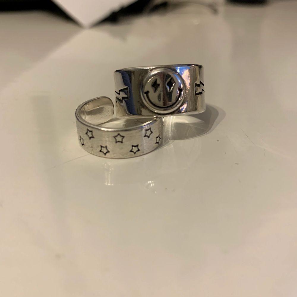 Hej! Säljer dessa supercoola ringar i äkta silver från Buuzted, en smileyring och en stjärnring! ⚡️💕 Som ni ser är stjärnringen lite defekt (detta syns dock inte när man har på sig den eftersom det är på sidan) så därför är priset lite lägre ❤️ buda från 79kr styck eller 149kr för båda! 💕💞. Accessoarer.