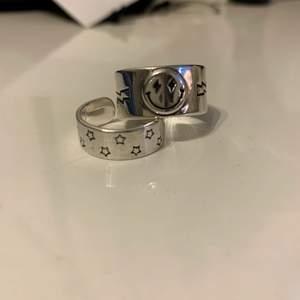 Hej! Säljer dessa supercoola ringar i äkta silver från Buuzted, en smileyring och en stjärnring! ⚡️💕 Som ni ser är stjärnringen lite defekt (detta syns dock inte när man har på sig den eftersom det är på sidan) så därför är priset lite lägre ❤️ buda från 79kr styck eller 149kr för båda! 💕💞