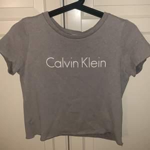 En fin Calvin Klein tröja som inte kommer till användning! Storlek S! Skriv för flera bilder! Frakt 24-48kr!