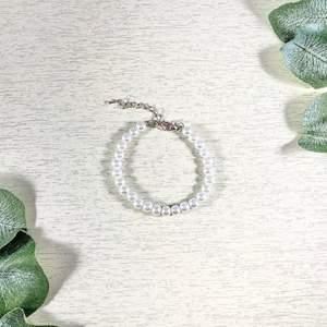 Jättefint pärlarmband gjort med glaspärlor, längden är 14cm + 4cm förlängning! 🤍