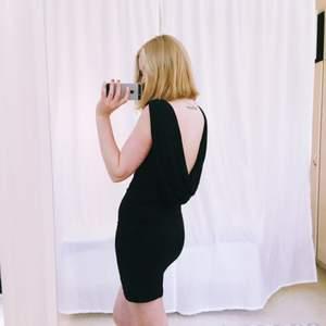 Klänning med öppen rygg! Snygg passform och passar perfekt till fest  Jag står för frakten!✨