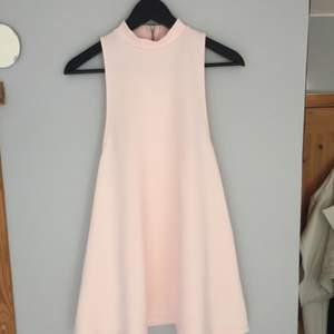 Endast provad ljus/baby rosa klänning från NLY Trend i storlek S. Funkar lika bra till en XS!