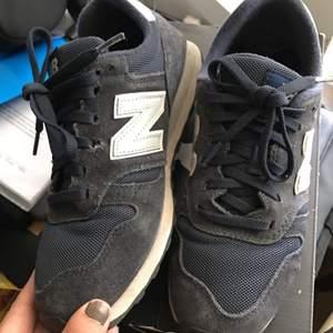 Standard sko från New balance. Kan ej modellen men är använda och mycket snygga till det mesta! Säljs pga att de inte kommer till användning. Har swish och har inga defekter!