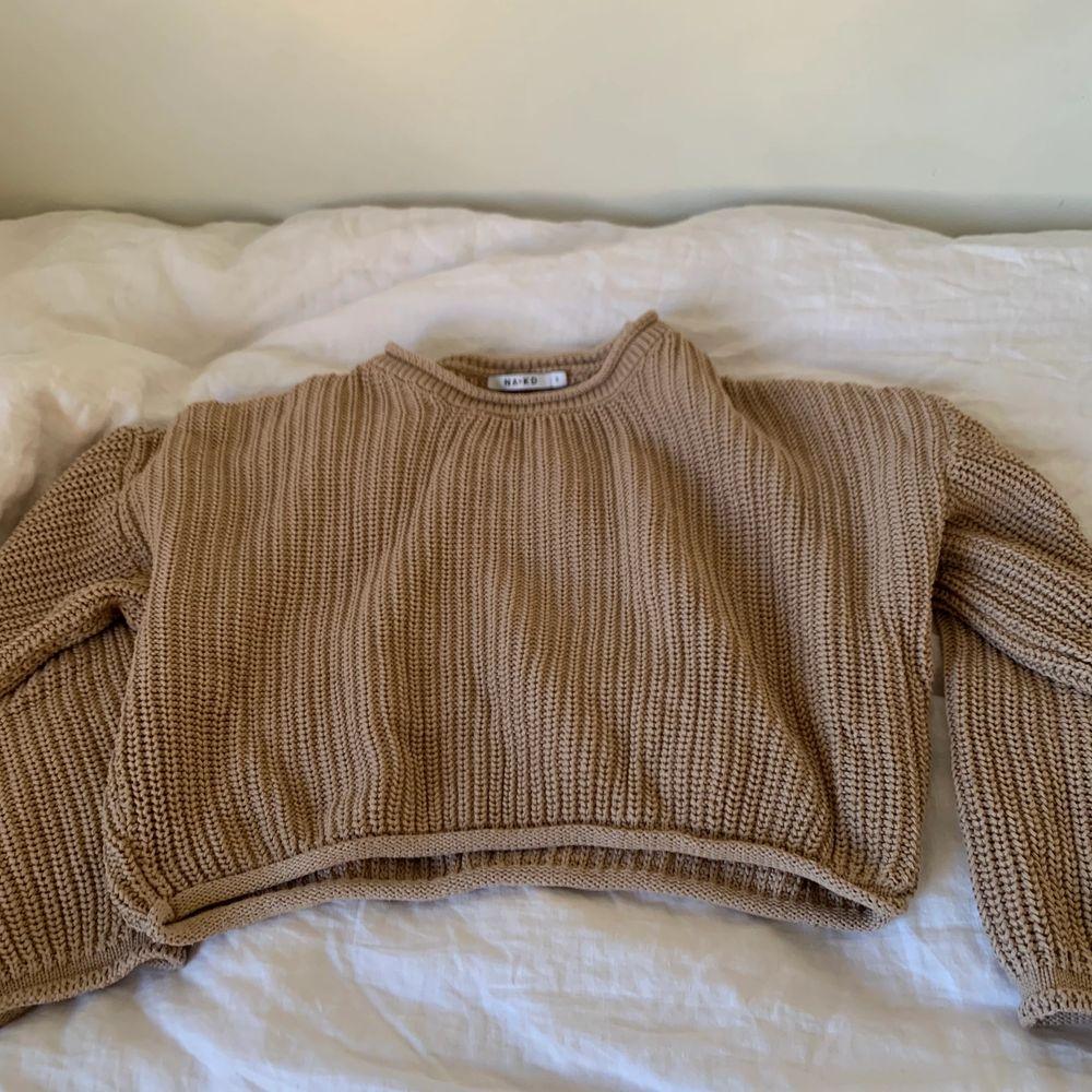 En fin cropped tröja från nakd som är I super bra skick och inte mycket använd. Priset är på 80kr exklusive frakt . Stickat.