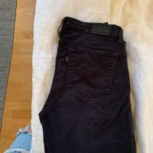 """Ett par bootcut levis jeans med låg midja. De har en lite urtvättad svart färg då dom är välanvända men absolut inga """"skador"""". Priset är på 150kr exklusive frakt."""