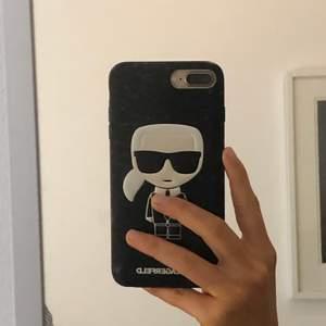 Säljer mitt nya Karl Lagerfeld mobilskal, det passar en IPhone 8 plus. Köpte det för 299!