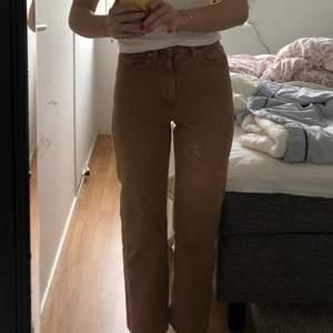 beiga weekday jeans i modellen row som börjar bli försmå! köptes i början av 2019 och har knappt blivit använda, därav i ett gott skick! (på bild ett ser det ut som att jeansen har en vit fläck på sig, men det är bara spegeln)