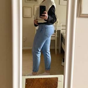 """Sköna och snygga jeans i bra skick, använda fåtal gånger. Modellen """"mom jeans"""" i storlek 36. Köparen står för fraktkostnad🌸"""