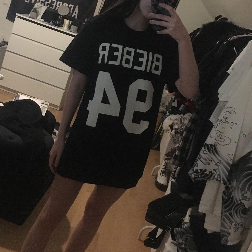 Oanvänd t-shirt med tryck fram, strl S! Den är oversized som syns på bild 2, går typ att ha som tshirtklänning om man är 160-165 💕 frakt tillkommer, är flera intresserade så blir de budgivning 💕. T-shirts.