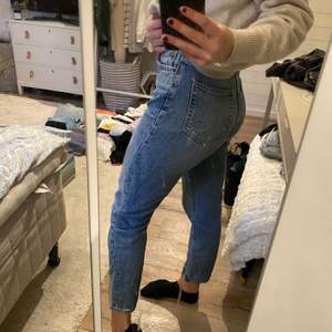 Snygga och otroligt sköna blå mom-jeans från BIKBOK 🦋🐬💦❄️💎🌊 använda ett fåtal gånger så är i ett bra skick!  Kan mötas upp, annars står köparen för frakt.