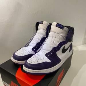 """Säljer mina Air Jordan 1 High """"Court Purple 2.0"""". Köpta på plugmeplease där de idag kostar 5000kr, kvitto finns. Dom är använda men i mycket bra skick."""