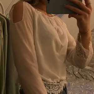 Säljer en vit blus i storlek S🦋
