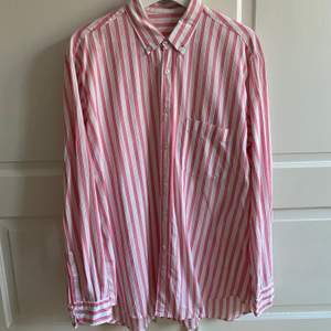 Skjorta köpt på Humana i väldigt fint skick. Finns ingen angiven stl, men gissar på M! Jag är XS och har använt den oversize :)