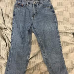 Jeans från pull&bear, använda några gånger + tvättade men är i väldigt bra skick.