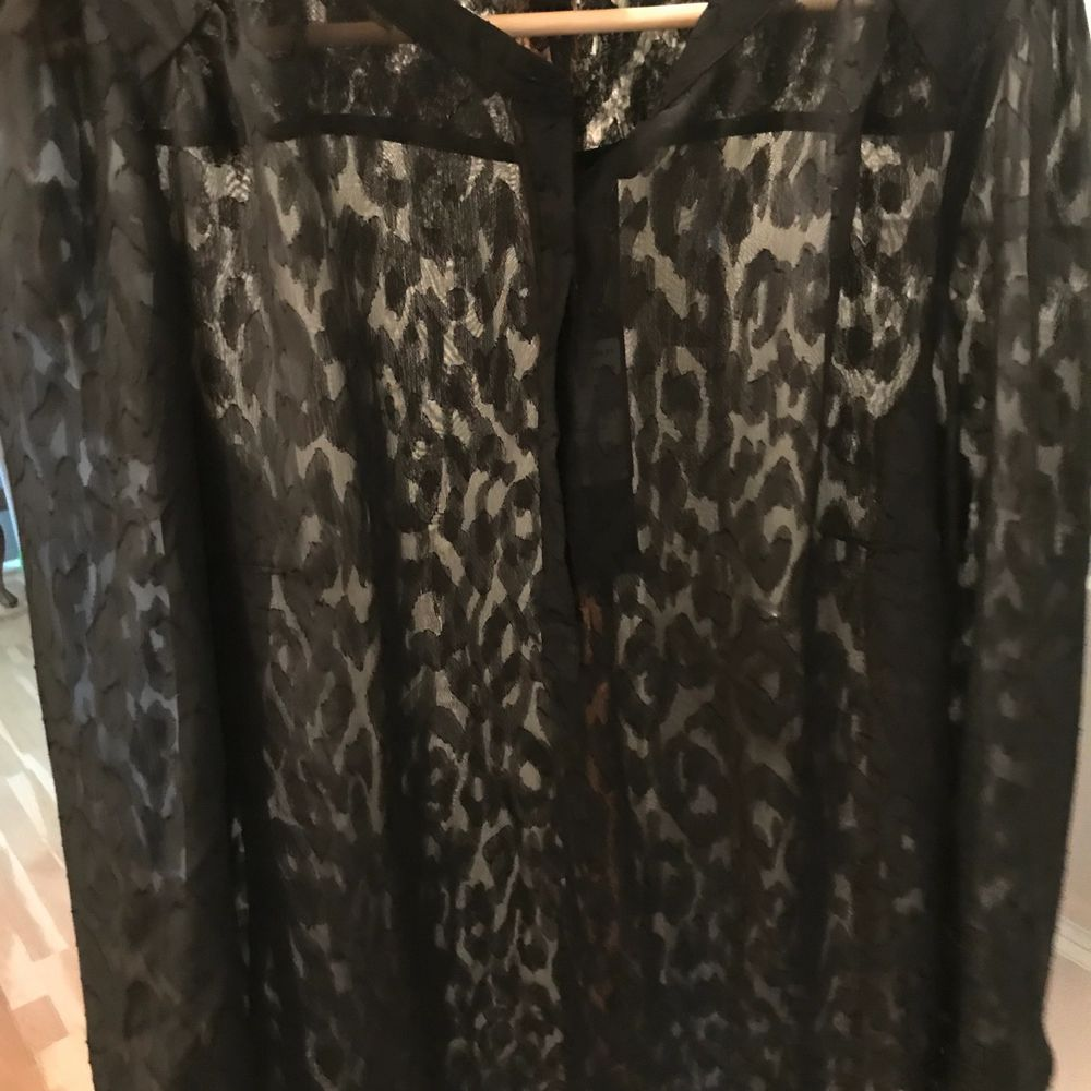 Helt ny skjorta, lite genomskinlig med leopardmönster. Inköptes för 399kr säljer den för 200kr plus frakt . Skjortor.