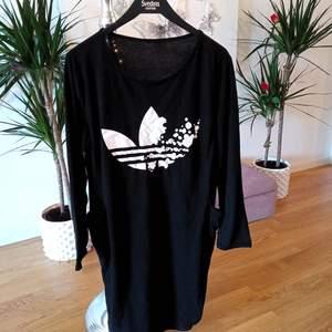 Jätteskön svart oversice tröja/klänning med fickor helt i bomull, använd några gånger, men är i väldigt gott skick 🙂 storlek M, men passar även S. Finns i Västerås 🌸🌸🌸