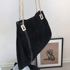 Mocka väska med fin guldkedja, använt skick!