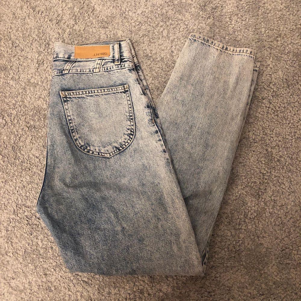 Säljer dessa skitsnygga jeans från junkyard! Är ganska säker på att de är slutsålda på hemsidan. Använda men i fint skick! Storlek 38,, köparen står för frakt <33. Jeans & Byxor.