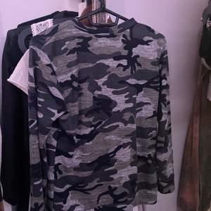 Superskön tröja med militärmönster från Madlady! Köptes för ett bra tag sen och inte använts mycket så den är i väldigt bra skick😊pris kan diskuteras!